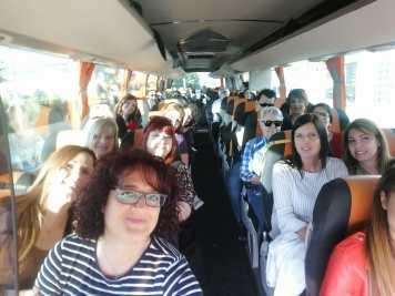 DESDE EL MIN CERO AL INFINITO Y MAS ALLÁ, GRAN DÍA Y EXPERIENCIA!! El pasado 19.05.2018 nos dirigimos al puerto de Barcelona a fin de ver con detalle dónde comenzaba todo, de dónde nos venían gran parte de los contenedores que recibimos en los almacenes de Valls. Salimos todos, cuan excursión escolar y pasando lista del parking del DC1. 29 compañers/as , dispuestos a pasar un día agradable, instructivo, enriquecedor a todos los niveles. Llegamos al puerto de Barcelona donde nos recibieron muy amablemente y nos dieron una visión global, muy completa de todas las actividades que se desarrollaban en el puerto, no sólo en la actualidad , sino también a lo largo del tiempo…. Cómo ha crecido y sigue creciendo el Puerto de Barcelona!!. En todo momento nos acompañó uno de los responsables del puerto, D. Joan Carbonell, al que agradecemos enormemente toda la información que nos proporcionó. Como no todo iba a ser virtual o teórico, hicimos una visita guiada por el puerto con una golondrina destinada a tal fin El día era espectacular, claro, despejado y fue un paseo realmente agradable. Pudimos ver desde cubierta el funcionamiento de la maquinaria, cómo se movían los contenedores con las grúas, las diferentes terminales, los diversos tipos de drassenas, etc. Los compañeros, entre los que se encontraban personal de ambos almacenes, así como del CDC quedaron encantados……..pero….. el hambre apretaba, así que después de despedirnos del Sr Carbonell y agradecerle su ayuda y toda la información proporcionada, nos dirigimos con el autobús a un restaurante de Calafell donde comimos todos juntos. La comida fue francamente agradable, muy distendida y nos ayudó conocernos un poquito más en un ámbito que no era el meramente laboral…. La toma de contacto, esa que ayuda crear algo tan importante como es el equipo. De vuelta a Valls……..la sorpresa en el autobús, tanto M. Ángeles como yo habíamos preparado un detallito para cada asistente de forma que recordara aún mejor este día. Y aun hubo